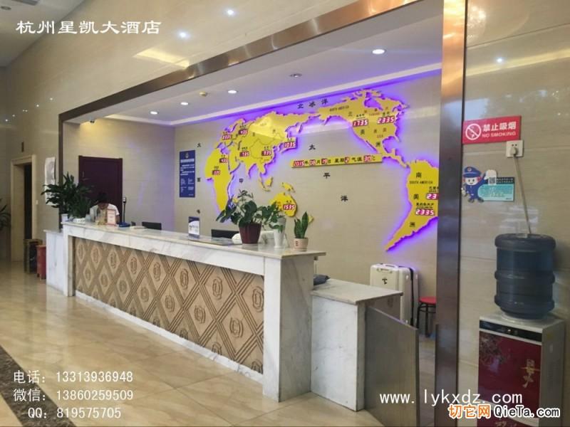 福建酒店大堂前台吧台背景墙装饰 酒店大堂挂钟 电子地图钟图片